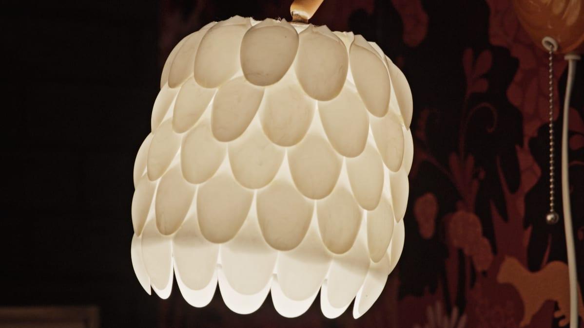 Muovilusikoista tehty lamppu.
