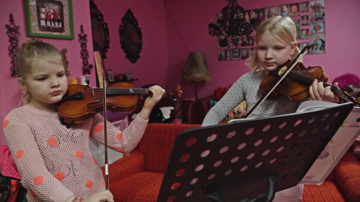 Fanni Vendela ja Ruusu Onneli soittavat viulua.
