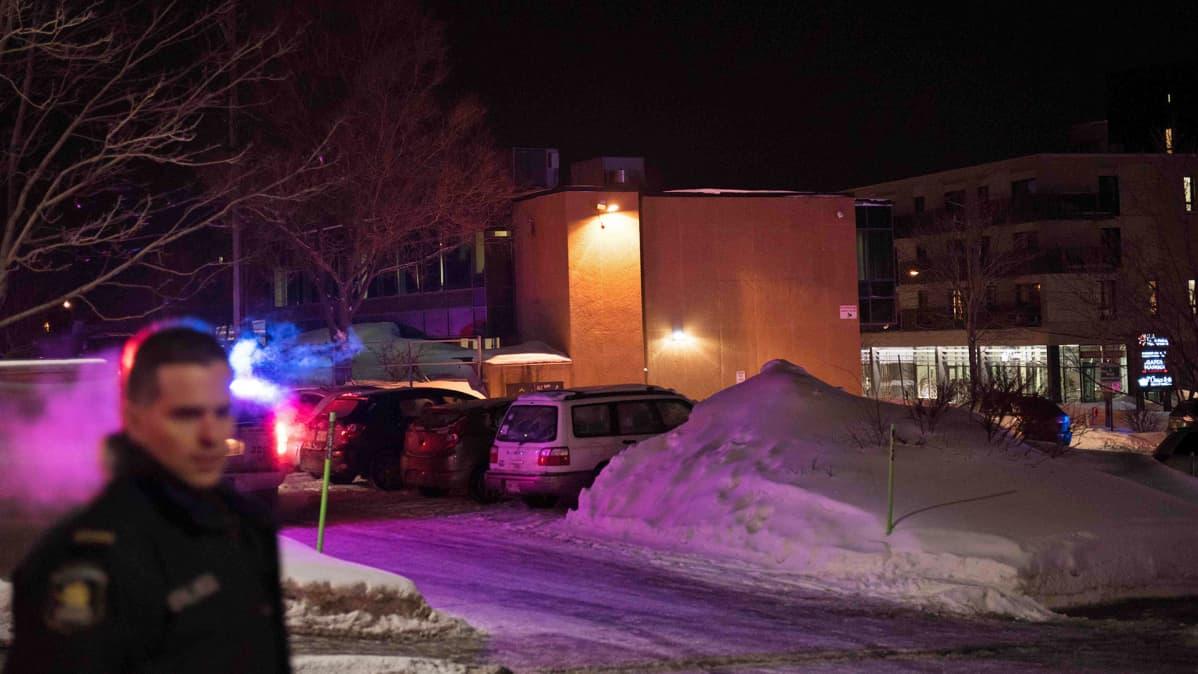Poliisin eristämä ammuskelupaikka Quebecin kaupungin islamilaisen kulttuurin keskus.
