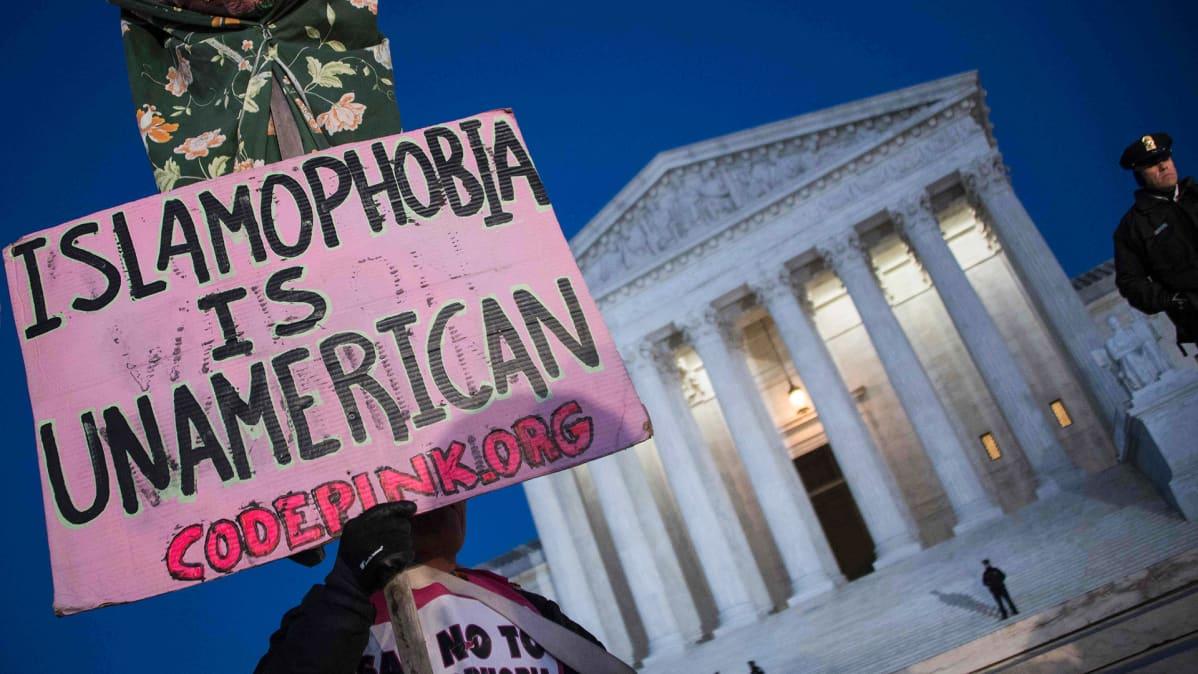 Ihmiset osoittivat mieltään Trumpin maahanmuuttopolitiikkaa vastaan korkeimman oikeuden edustalla Washingtonissa 30. tammikuuta 2017.