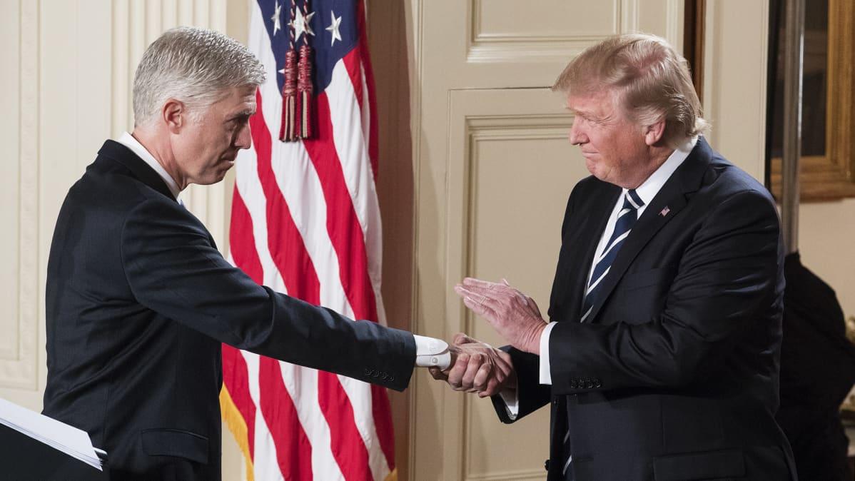 Donald Trump kättelee vetoomustuomioistuimen tuomari Neil Gorsuchia.
