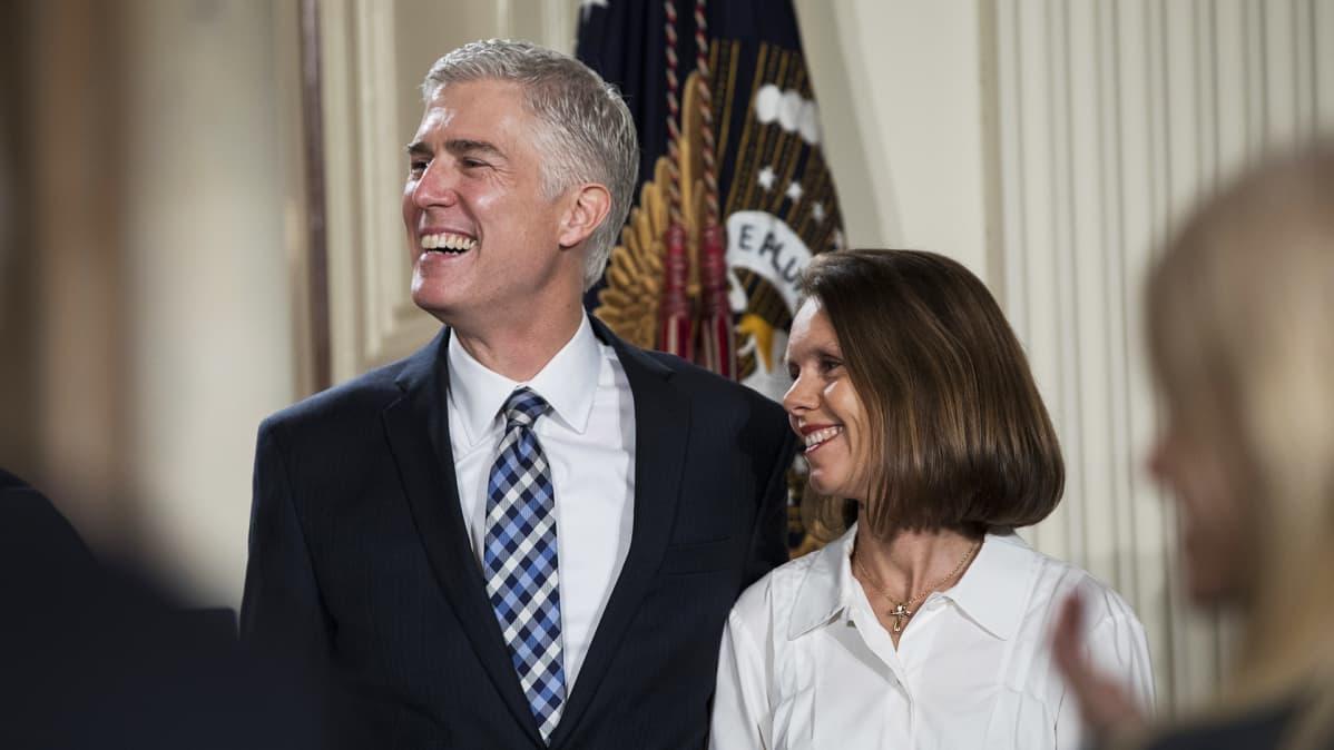Trumpin Yhdysvaltain korkeimman oikeuden tuomariksi valitsema Neil Gorsuch ja hänen vaimonsa Marie Louise.
