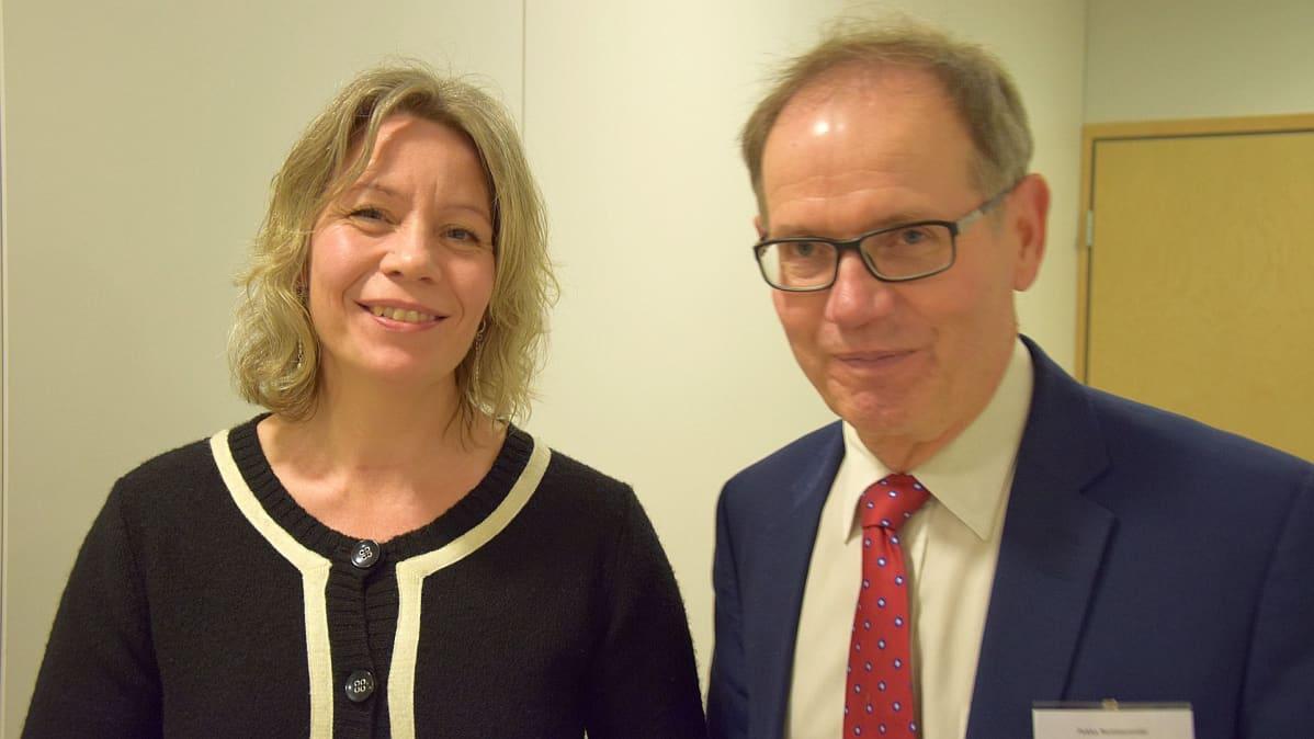 Tutkijatohtori Karoliina Talvitie-Lamberg ja dekaani Pekka Neittaanmäki.