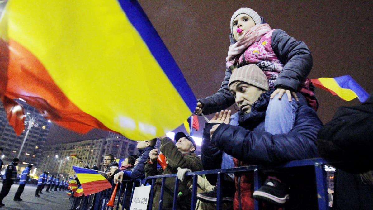 Mielenosoittajia Bukarestissa.
