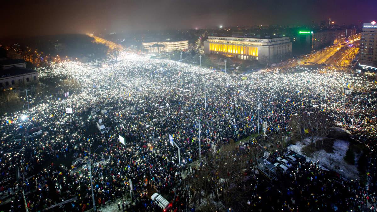 Mielenosoittajat kokoontuvat Victoriein aukiolle Bukarestissa.
