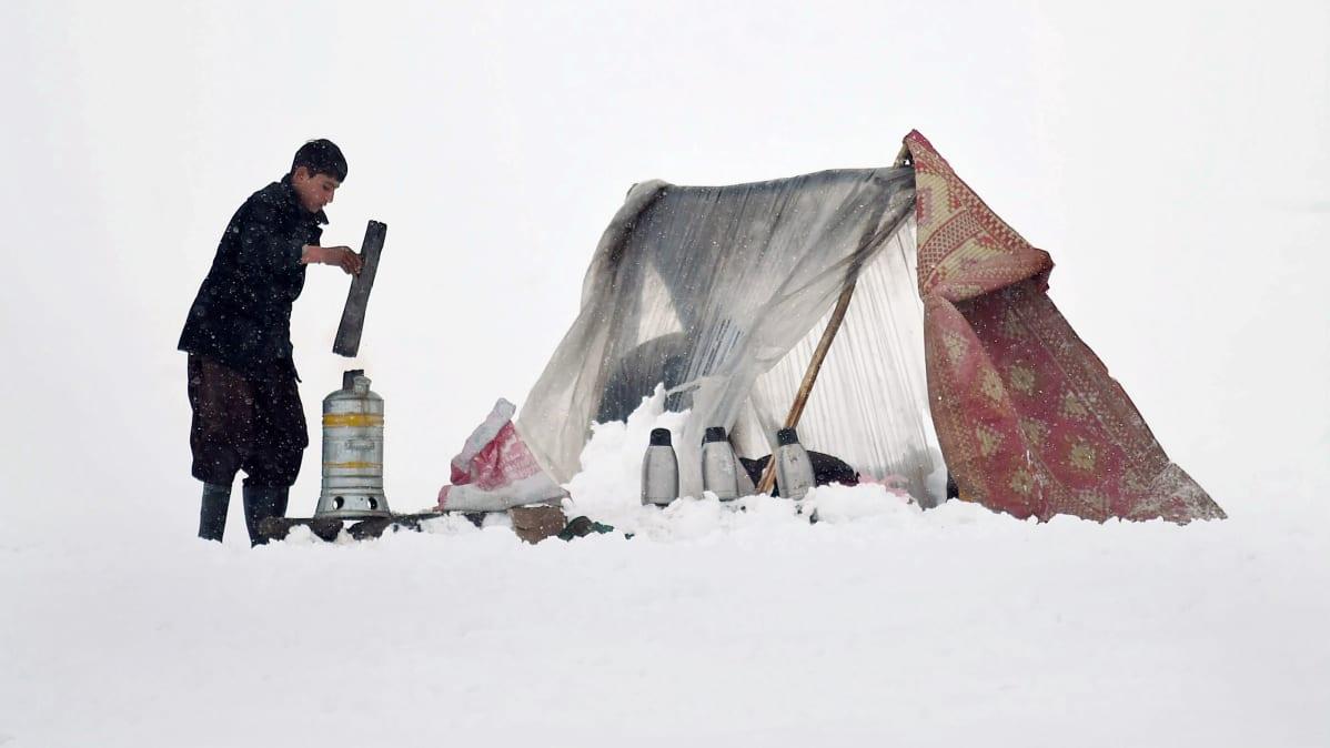 Teenmyyjä valmistaa juotavaa lähellä Kabulia.