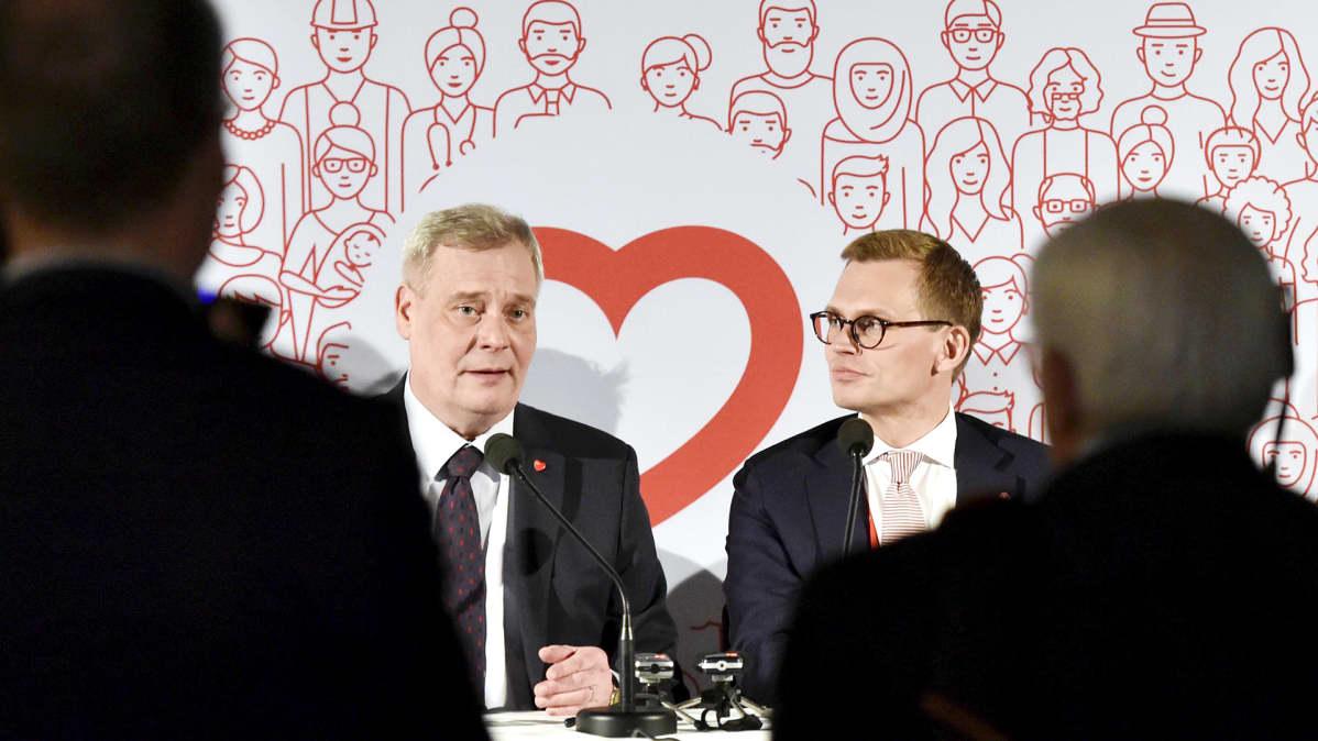Antti Rinne ja Antton Rönnholm tiedotustilaisuudessa SDP:n puoluekokouksessa Lahdessa.
