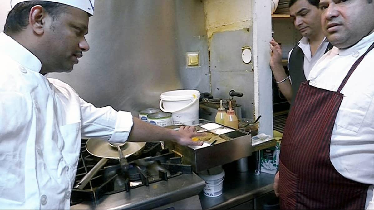 Intialaisen ravintolan kokit valmistavat keittiössä ruokaa.