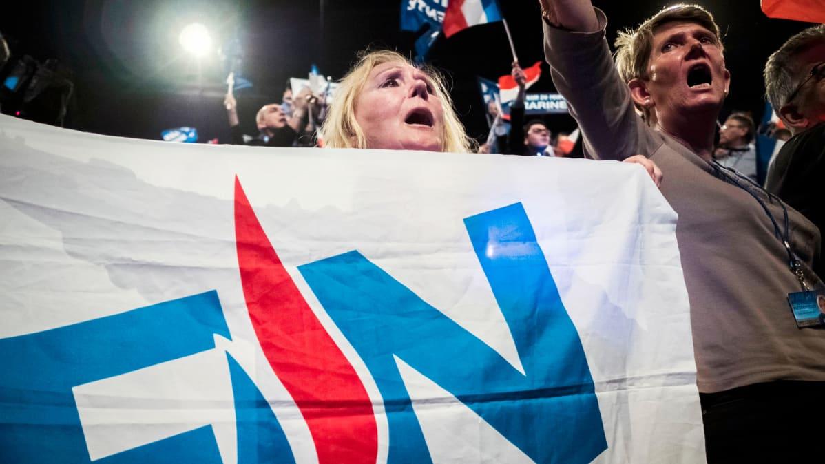 Marine Le Penin kannattajat presidentinvaalien kampanjatilaisuudessa Ranskan Lyonissa.