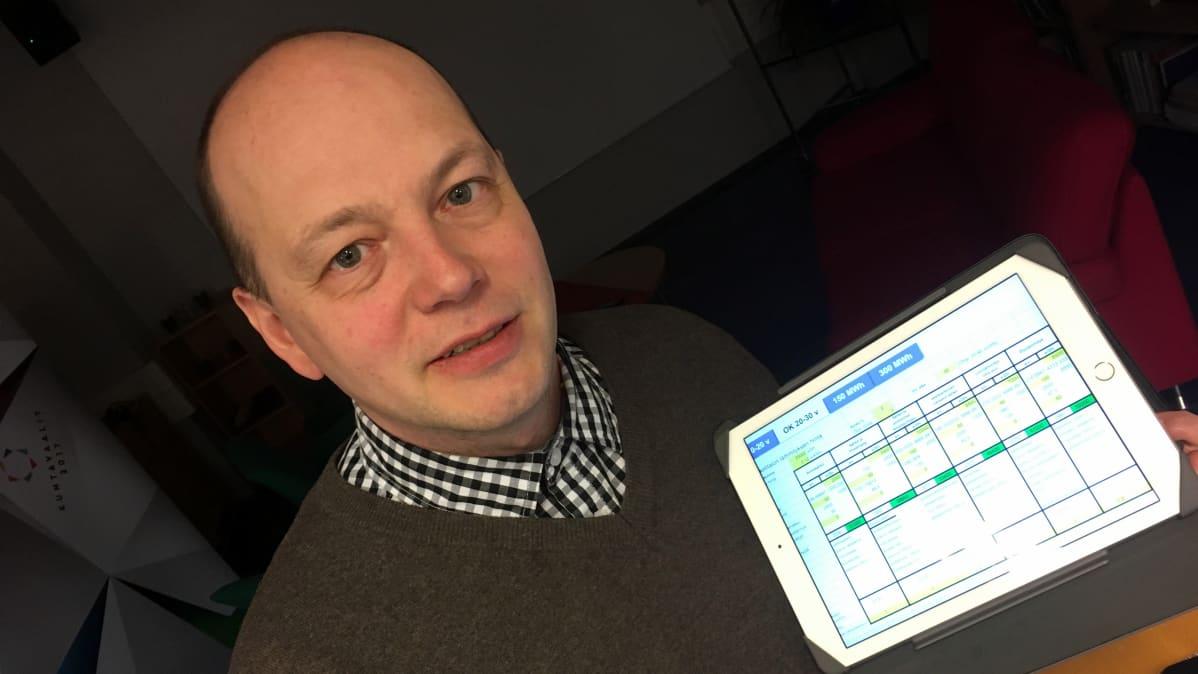Mikko Nurhonen seuraa tarkasti eri lämmitysmuotojen kustannuksia.