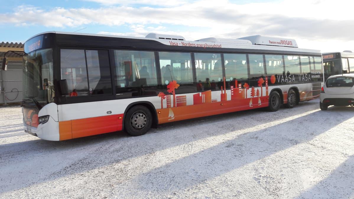 Biobussin värit ovat oranssi ja valkoinen. Kyljessä kaupungin poriifikuva.