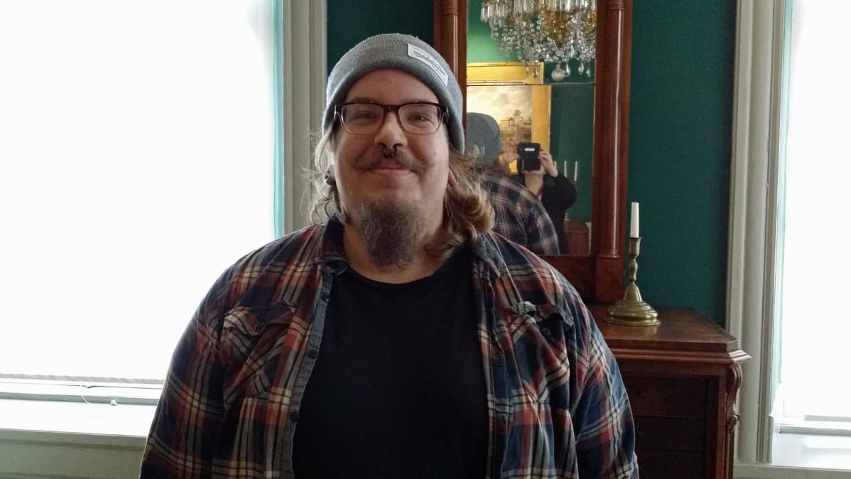 Kuvassa Antti Pahkamäki ja peilin kautta myös kuvaaja