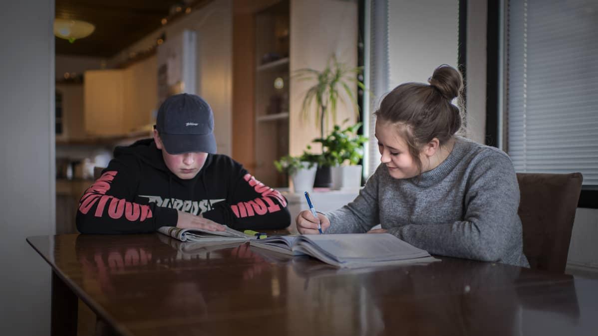 Saaron ja Aadam Peltoniemi opiskelevat kotona itsenäisesti koulusta saamiensa homeoireiden vuoksi.