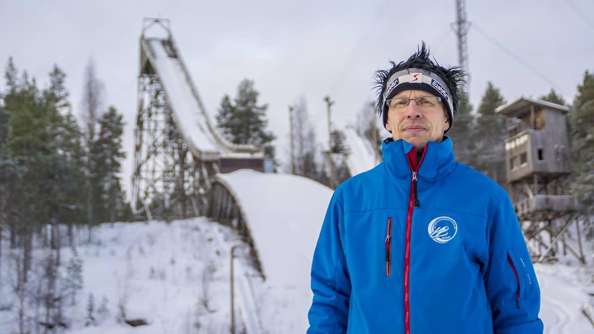 Veteraanihyppääjä Seppo Kinnunen ja Kajaanin Vanha hyppyrimäki