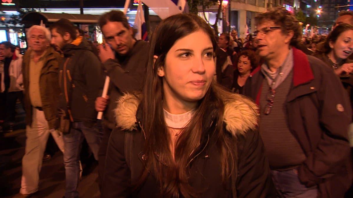 Työtön opettaja Martina Koye osoitti mieltään Ateenassa Kreikan hallitusta vastaan 21. helmikuuta.