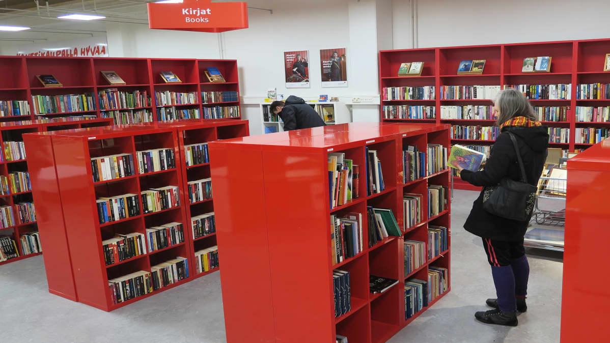 SPR:n konttikirpputorin kirjaosasto Tampereella
