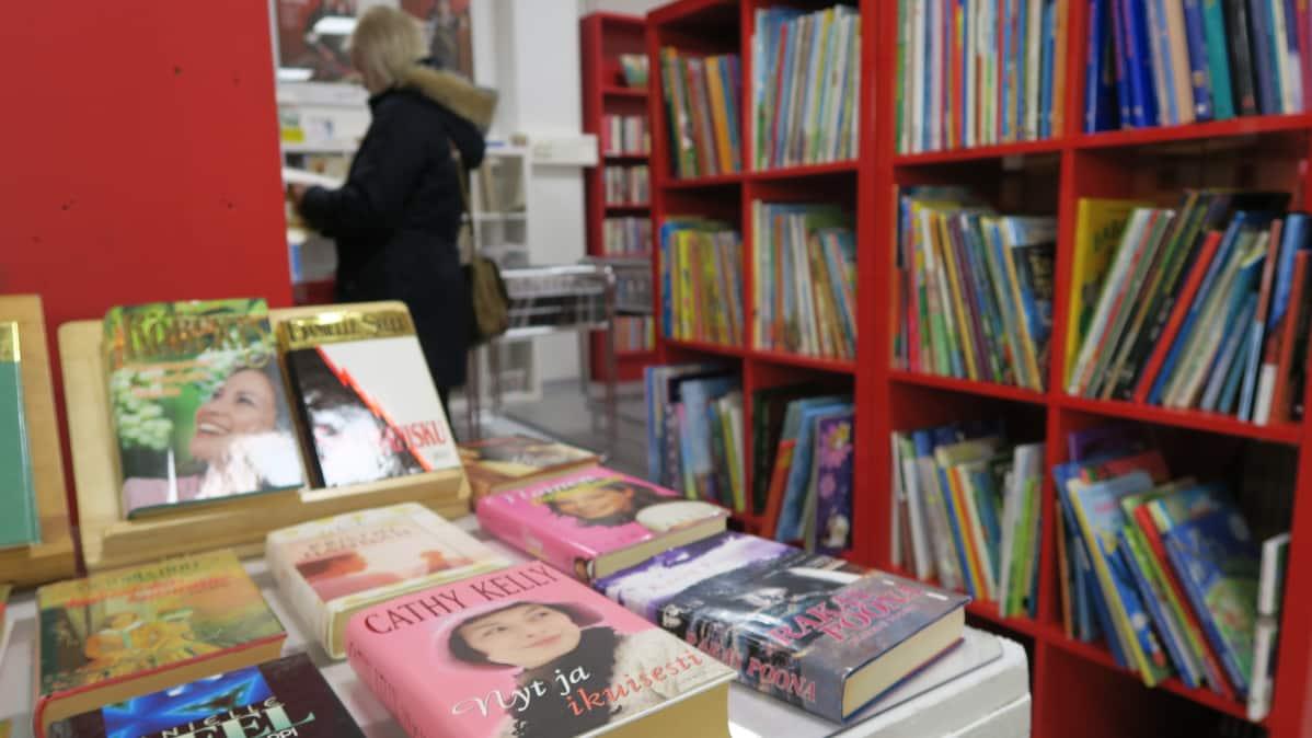 Kirjoja SPR:n konttikirpputorilla Tampereella