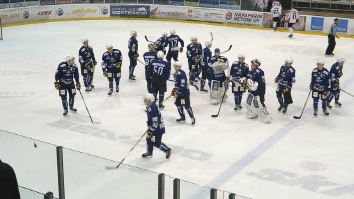 Rovaniemen kiekko kiittää katsojia voitoisan JYP-pelin jälkeen Lappi-Areenalla.