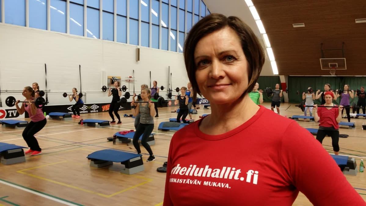 Les Millsin body pump -tunti on edelleen kestosuosikki Urheiluhallit & Fix Liikuntakeskuksien liikuntapäällikön Eija Holmalan mukaan.