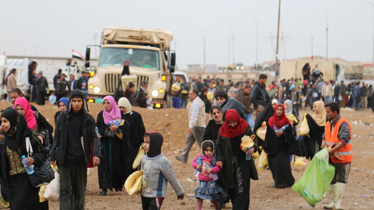 Mosulista saapuvia ihmisiä.