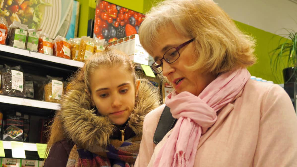 Hanna ja Gitte Ahola ostoksilla