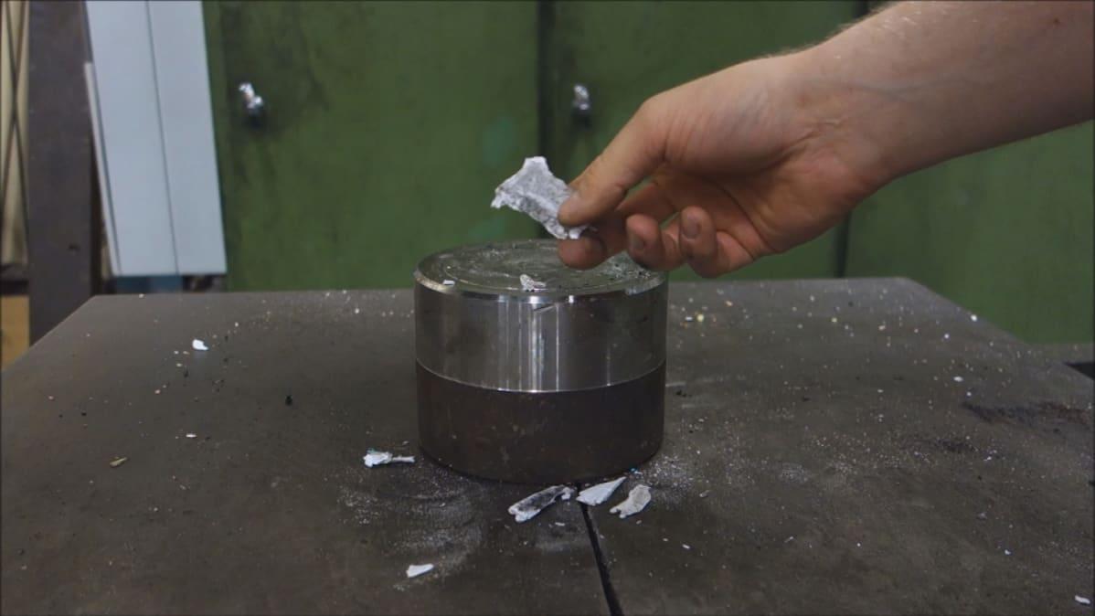 Maailmanmaine aukesi tällä videolla. Taitellusta paperiarkista jäi jäljelle vain murusia hydraulipuristimen käsittelyssä.