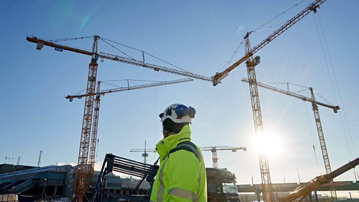 Rakennustyömies rakennustyömaalla.
