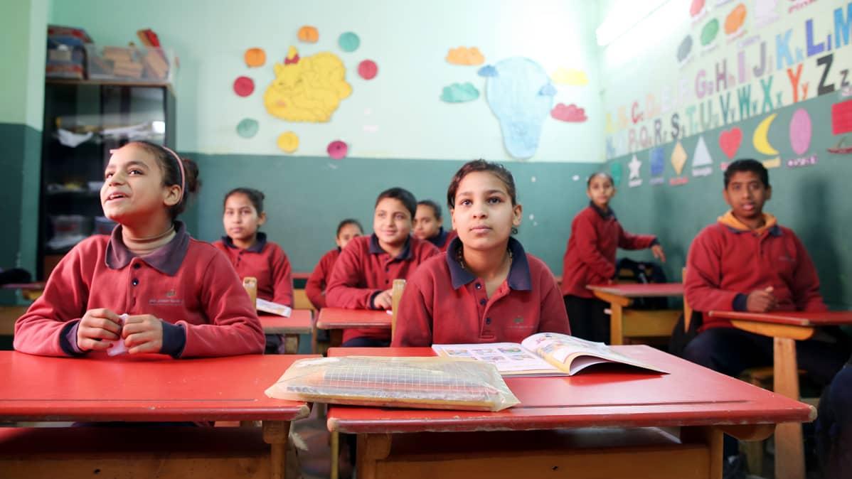 Egyptiläisiä lapsia oppitunnilla Kairossa.