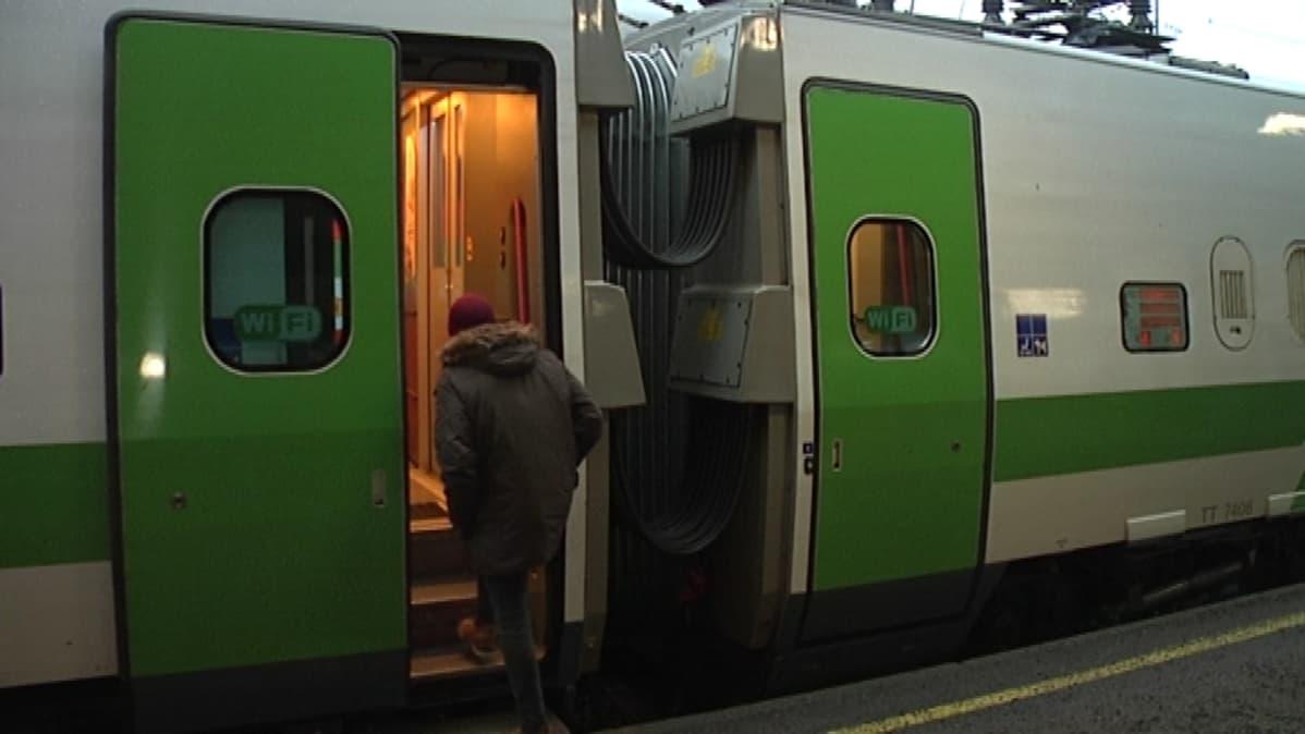 Juna lähtee Turusta