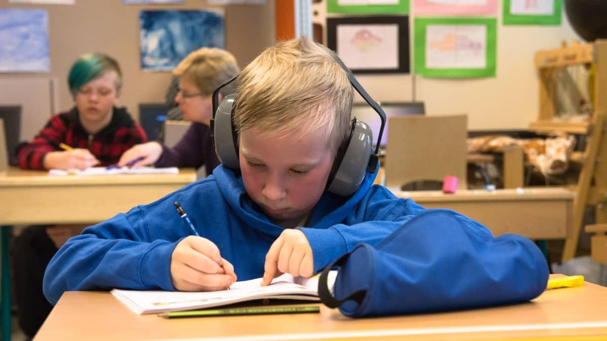4-luokkalainen Veeti Saarenpää opiskelee matematiikkaa koulussa.