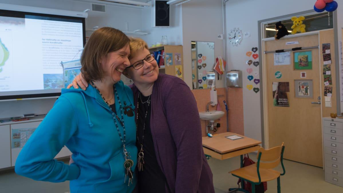 Erityisluokanopettajat Maria Juutinen ja Tarja Leinonen.