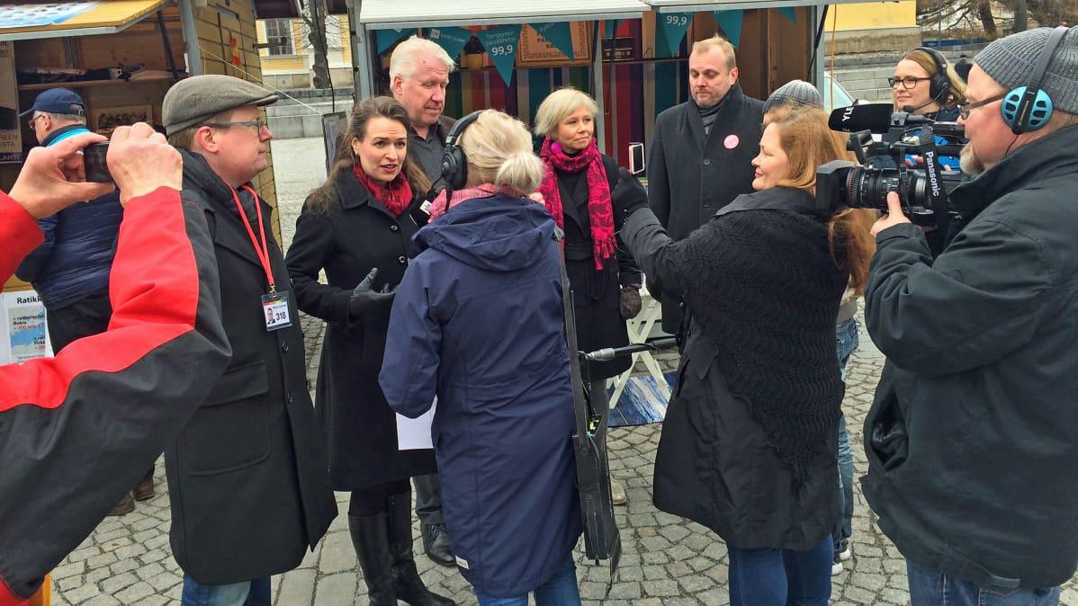 Pormestariehdokkaat tentissä Tampereen Keskustorilla