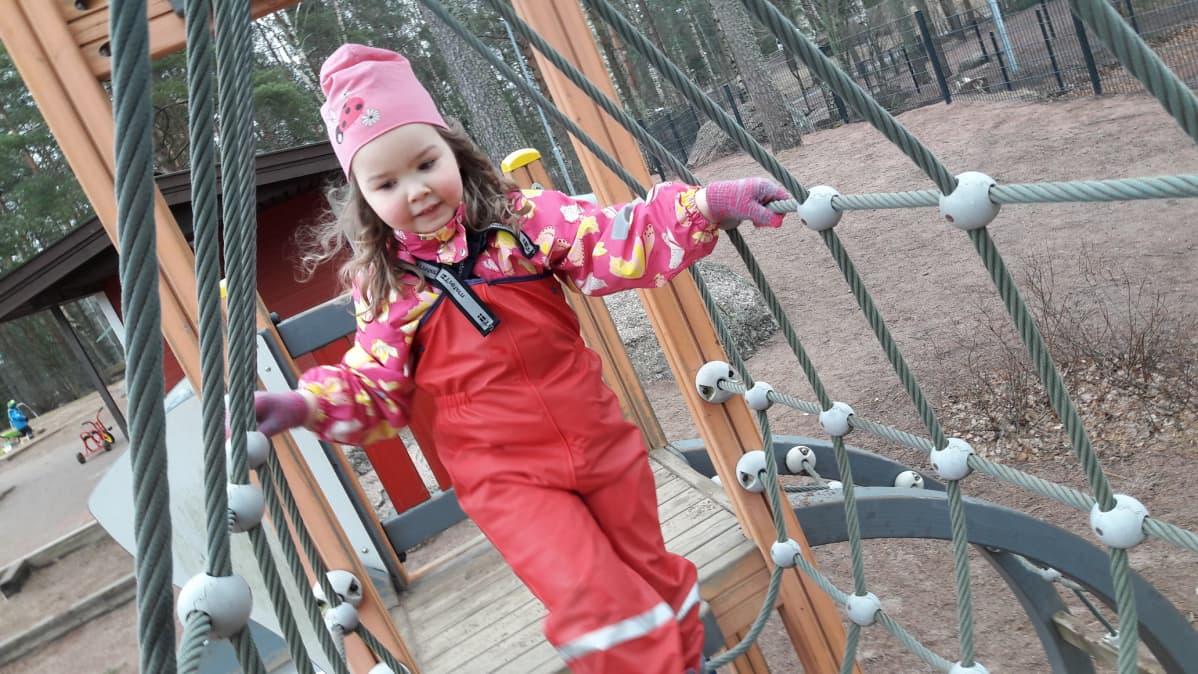 Selma halusi kiipeillä Lankilan päiväkodilla.