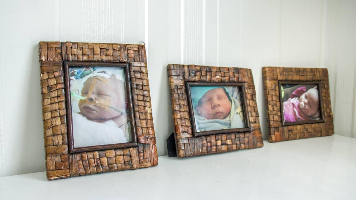 Lasten valokuvia pöydällä