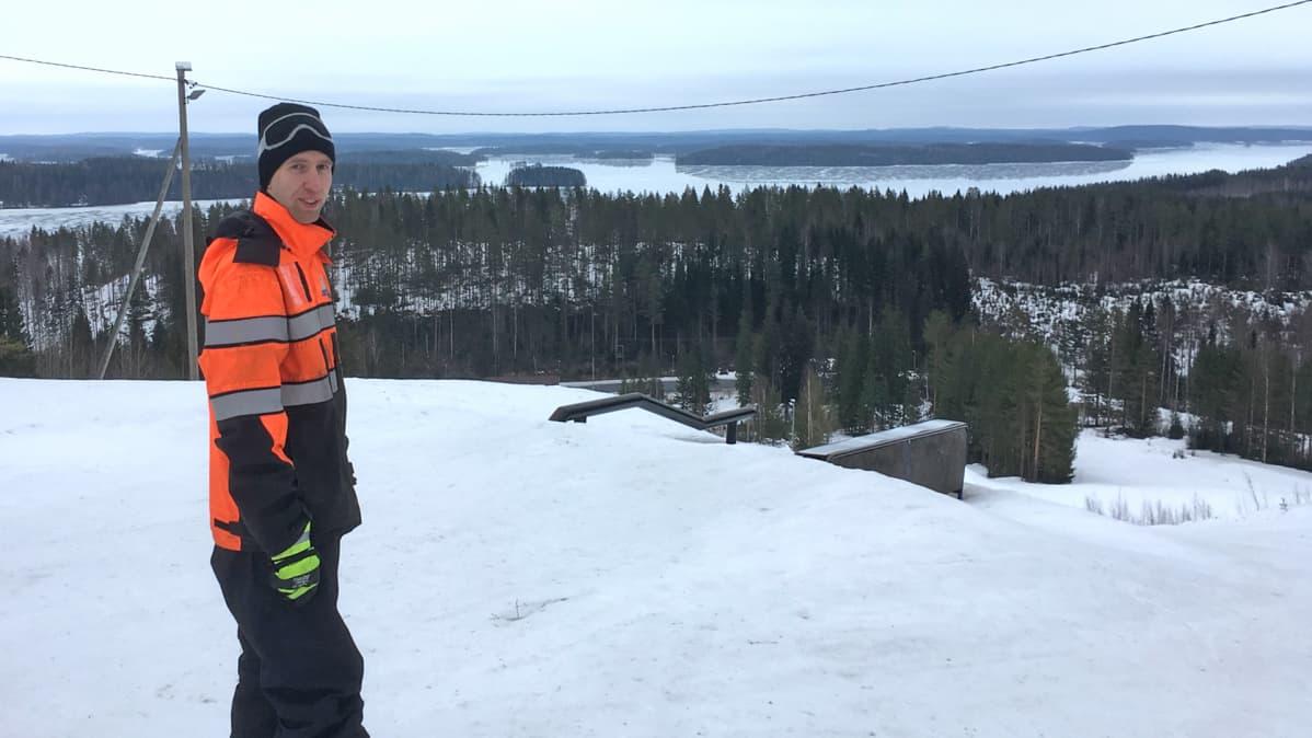Rinnekeskus Pääskyvuoren yrittäjä Petri Valkama tyytyväisenä rinteen päällä.