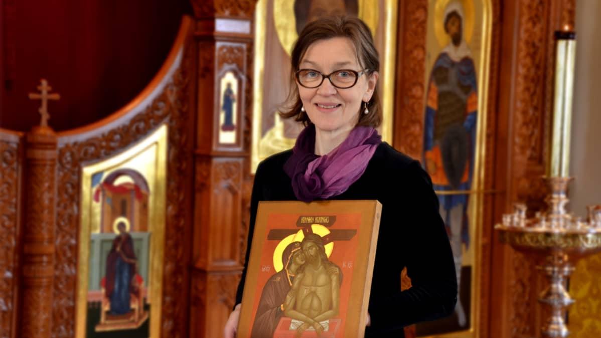 Ikonimaalari Liisa Tynkkynen Imatran Pyhän Nikolaoksen kirkossa