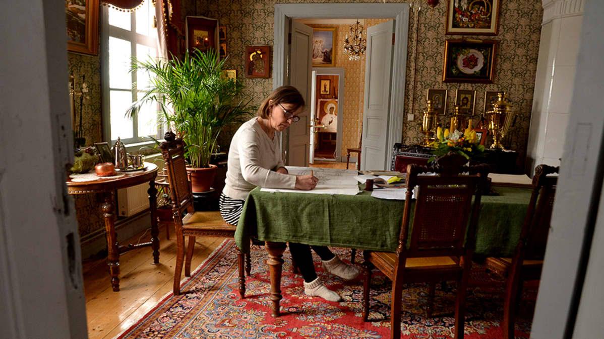 Ikonimaalari Liisa Tynkkynen työskentelee kotonaan