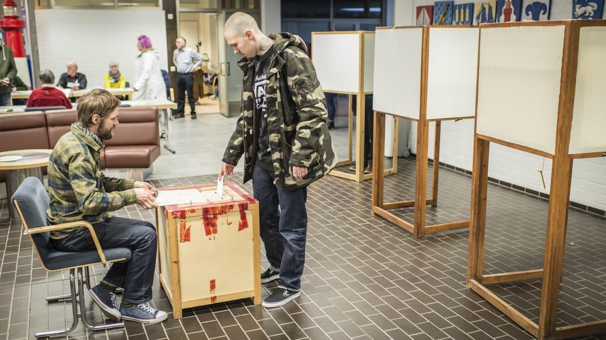 Äänestyspaikalla Kokkolassa