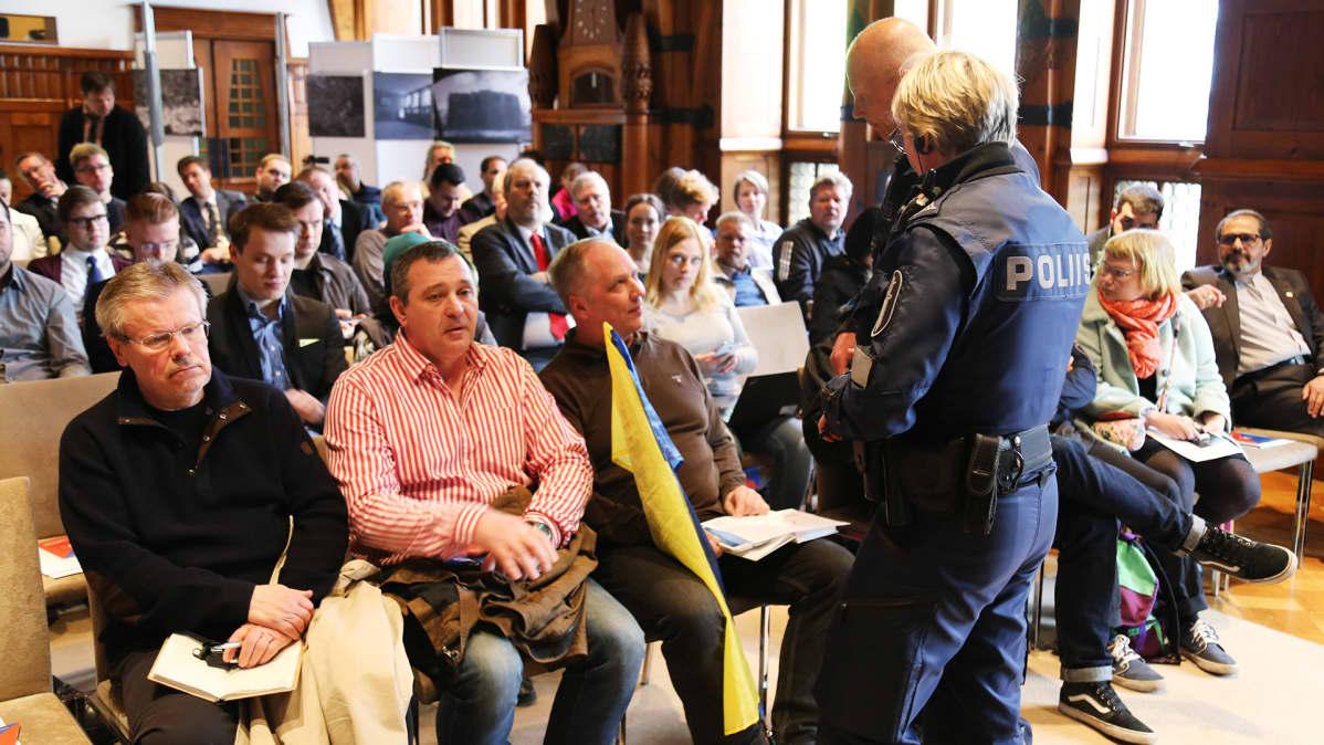 Poliiseja ja yleisöä Johan Backmanin seminaarissa Hotelli Kämpin Kansallissalissa.