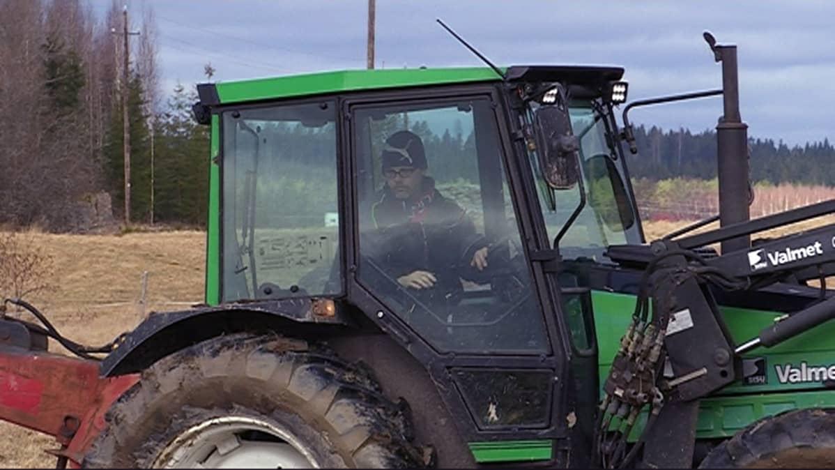 Antti Aittola ajaa traktoria.