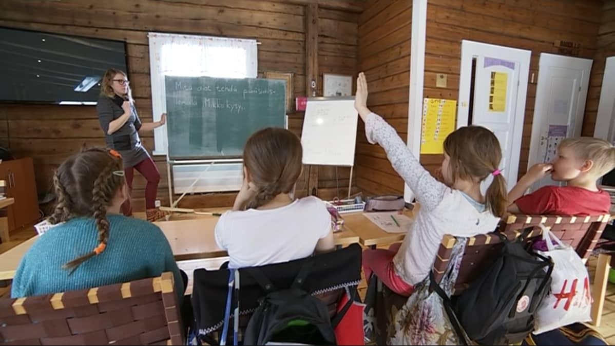 Rovaniemen kristillinen koulu toimii Urheiluopiston lähellä olevassa Punaisessa tuvassa.