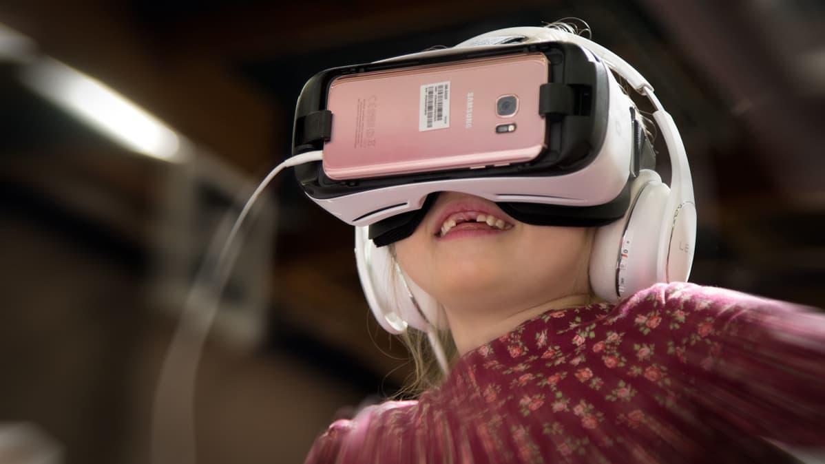 Lapsi tutustumassa virtuaalitodellisuuteen lastenmessuilla Helsingissä.