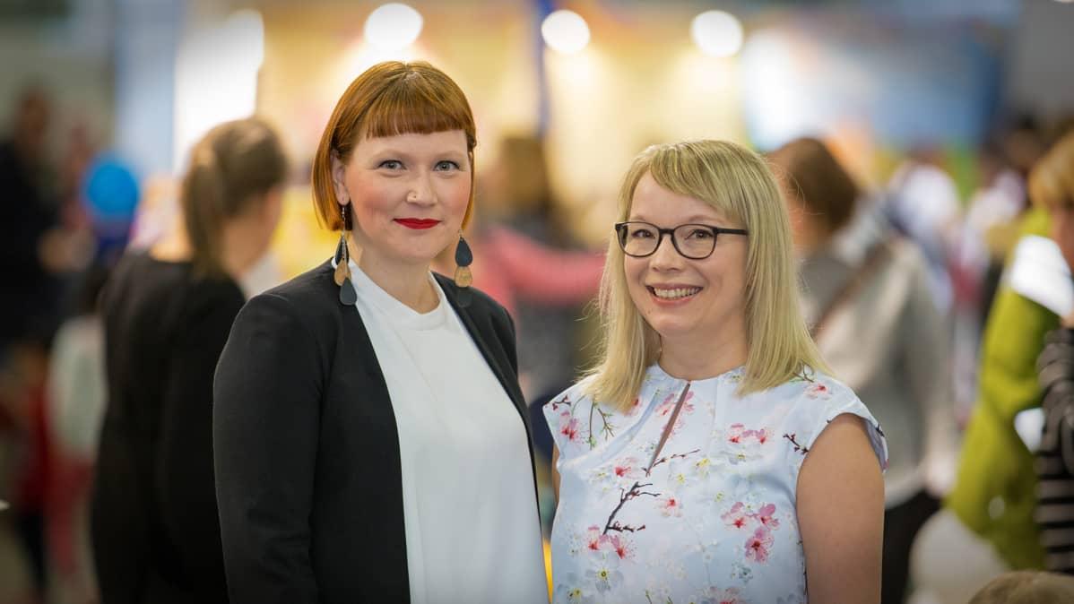 Kirjailijat Satu Irisvik (vas.) ja Jenni Utriainen lastenmessuilla Helsingissä puhuvat lasten digikasvatuksesta.