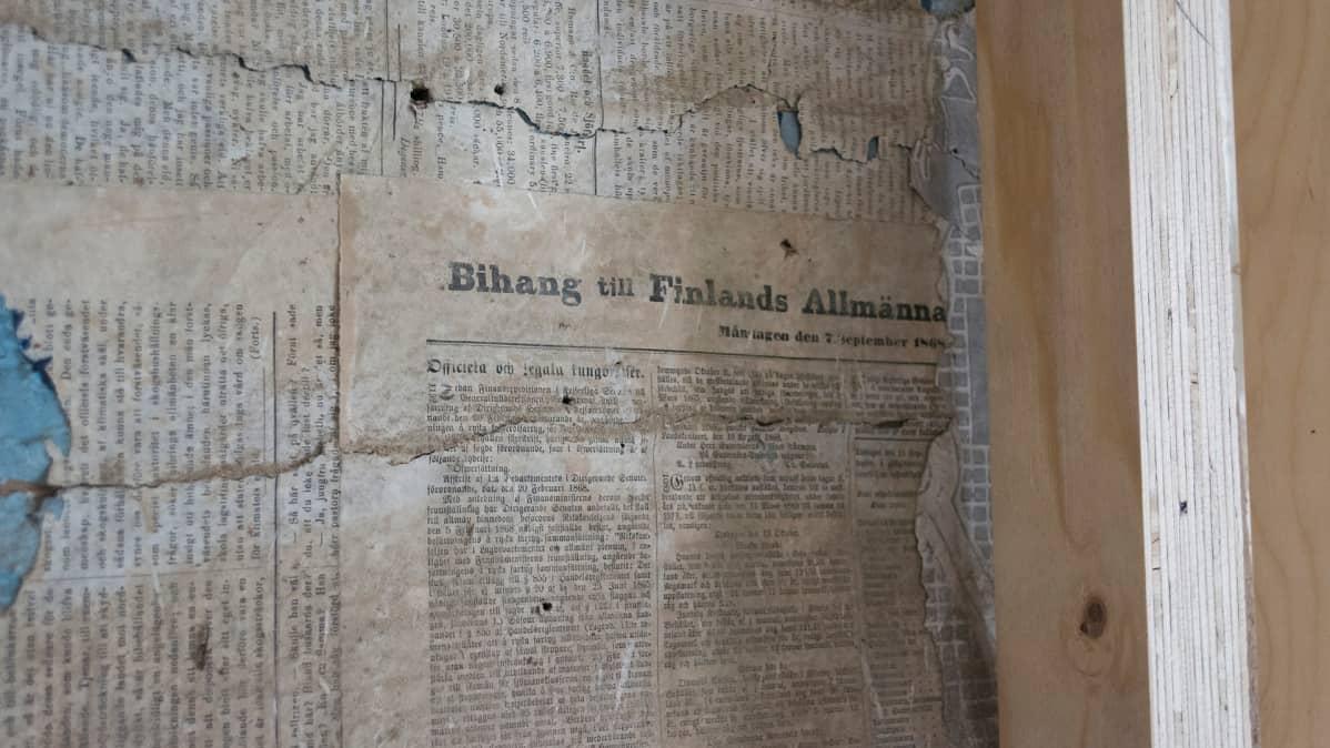 Vanha sanomalehden sivu historiallisessa talossa.