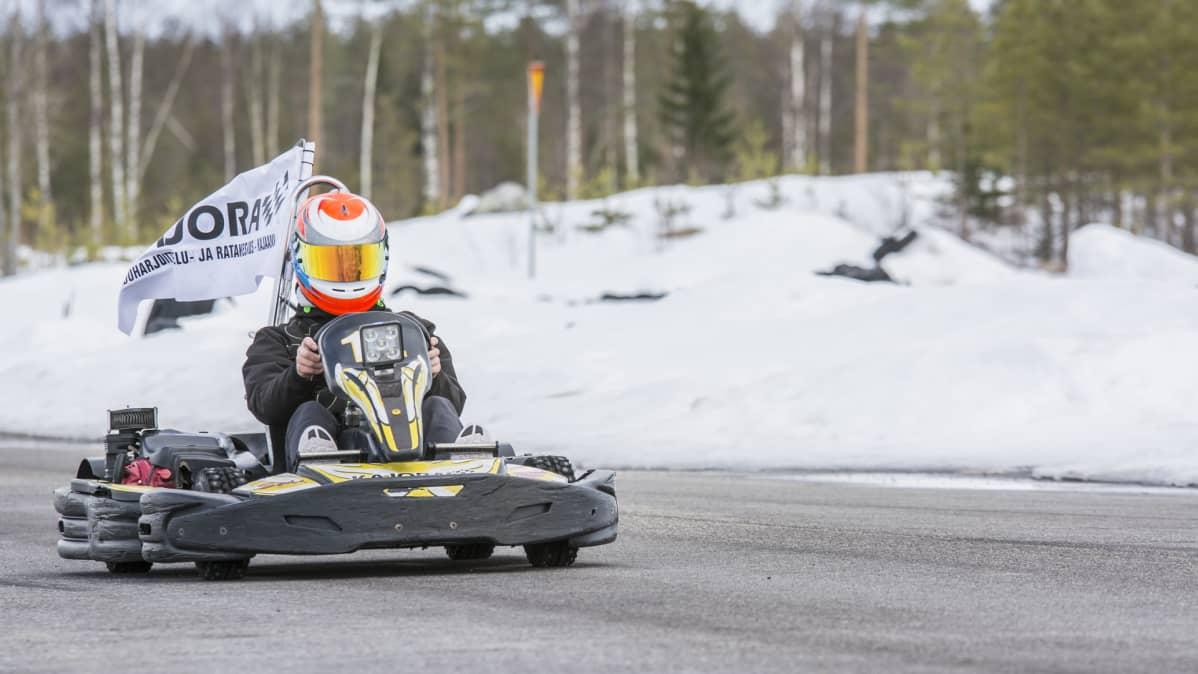Aatu Moilanen ajaa karting-autolla