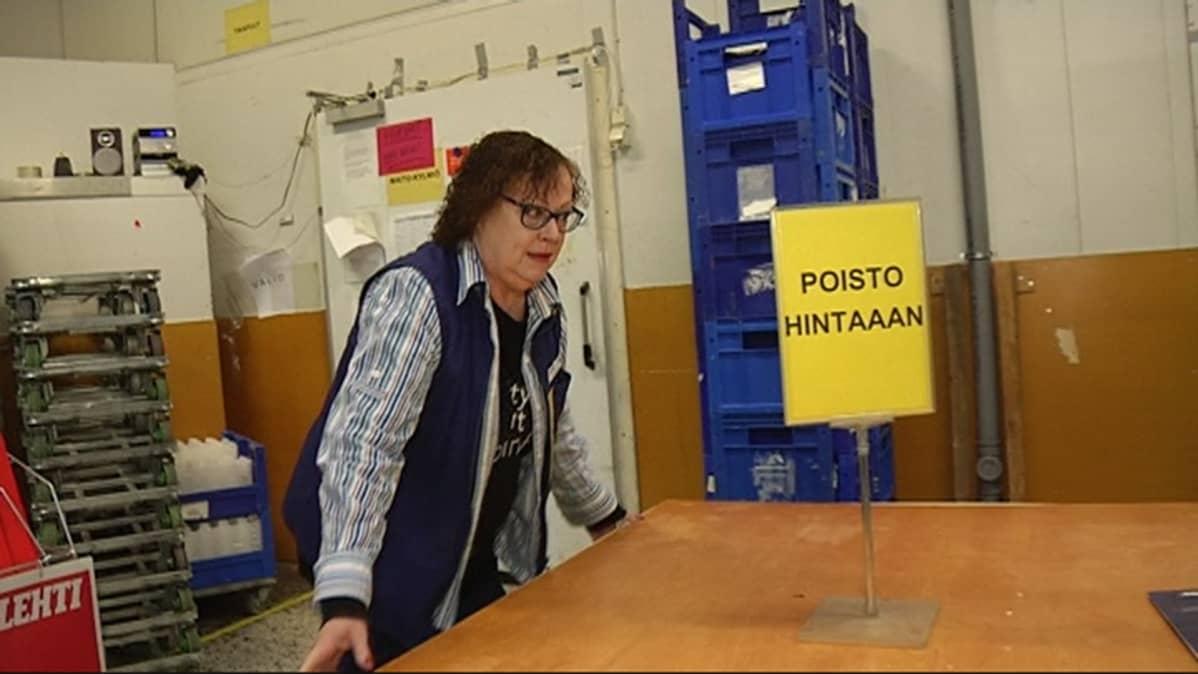 Kotkan Euromarketissa työskentelevä Marjatta Kivijärvi.