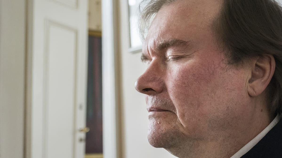 Pekka Huttu-Hiltunen keskittyy runonlaulantaan.