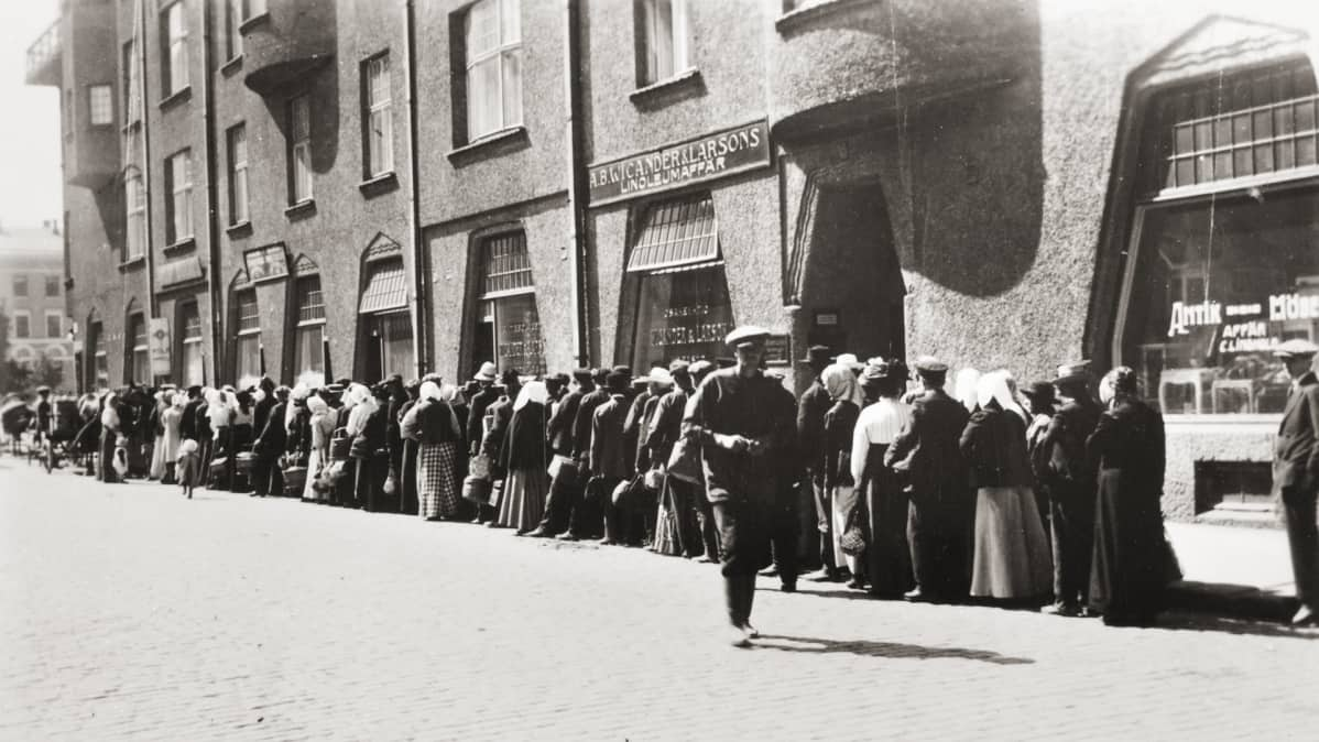 Leipäjono Helsingissä kevään 1917 mielenosoitusten aikaan.