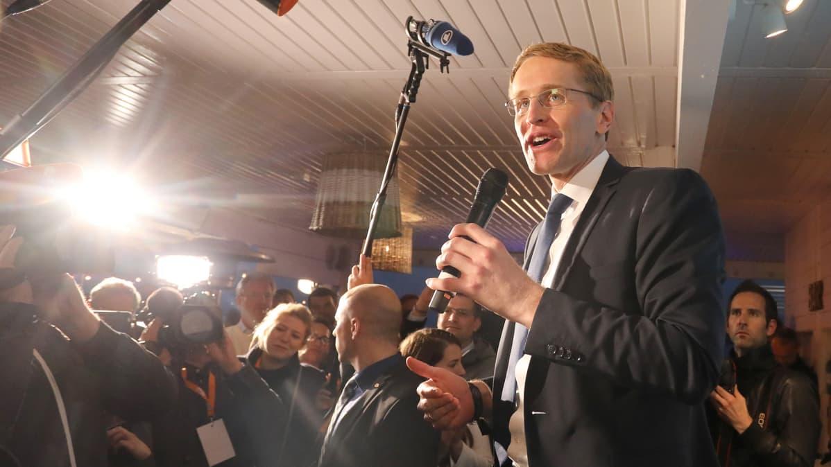 Daniel Günther puhuu medialle.