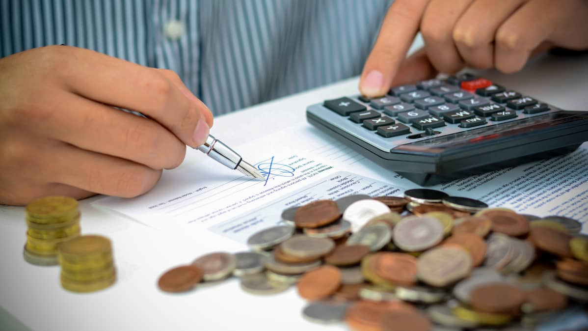 taskulaskin, kädet ja rahapino
